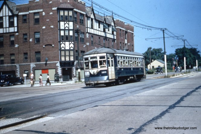 Car 128 in zoo service, heading south on DesPlaines at 31st.