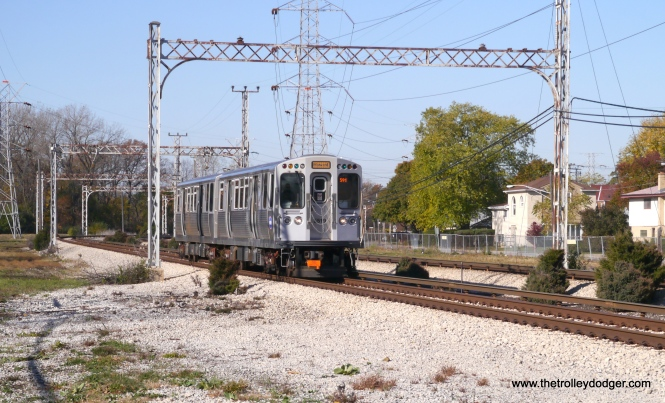 A southbound train of 5000s approaches Kostner at speed, having just gone around the Oakton curve.