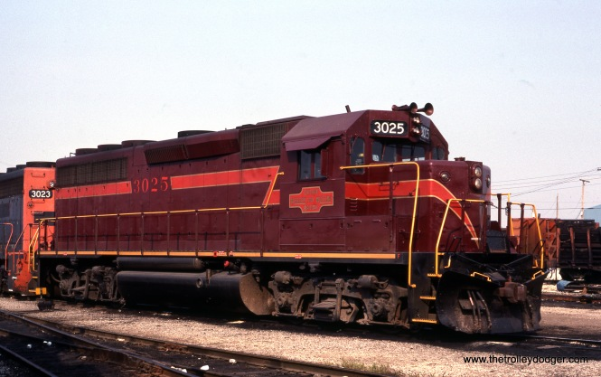 Chicago Missouri & Western GP 40 3025, as it looked on September 5, 1987. If the CM&W logo looks surprisingly familiar, that's because it was copied from the CA&E. All of which should be no surprise, as the Venango River folks, who owned the South shore Line at that time, were involved. In fact, it was taking on this railroad that proved their undoing. (Bruno Berzins Photo)