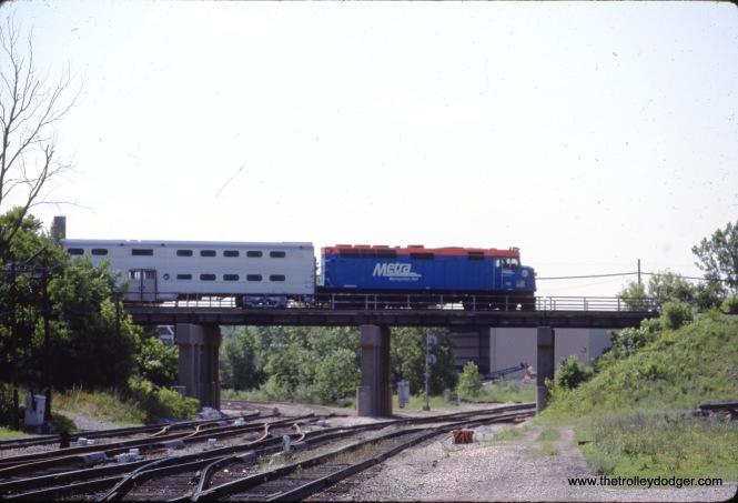 A westbound Metra train in Blue Island on June 26, 1992. (R. Bullermann Photo)
