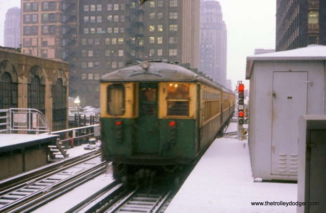 In May 1971, we see the rear of a northbound Evanston Express train of 4000s, just leaving the old Randolph and Wells station.