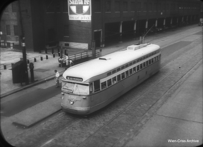 CTA 4302 is southbound on State at Roosevelt. (William C. Hoffman Photo, Wien-Criss Archive)